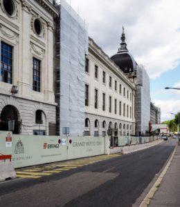 Travaux sur façade retraçant l'histoire de l'hôtel dieu de lyon