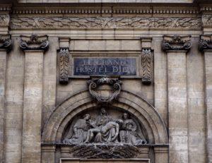 Bas relief de la porte et de l'histoire de l'hôtel dieu de lyon
