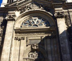 Bas relief d'une porte de l'Hôtel Dieu